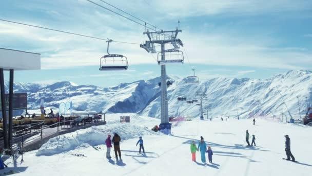 Lidé lyžování hory