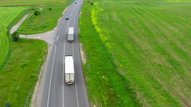 Dálniční nákladní automobily pole silniční dopravy logistika