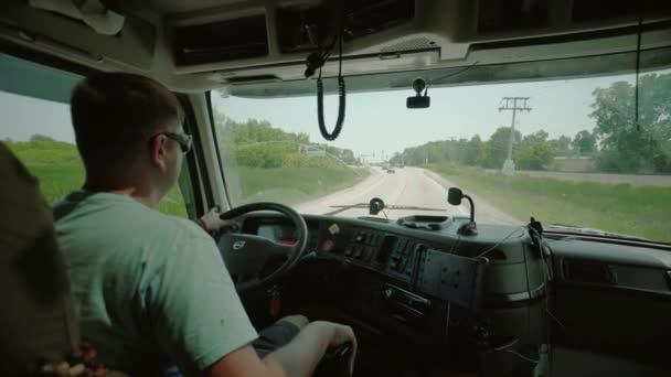 Vezetés a teherautó. Truck Driver szállító áruszállítási. az utastérben