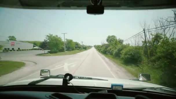 Řízení kamionu. Truck Driver přináší dopravné. uvnitř kabiny pohyb kamery