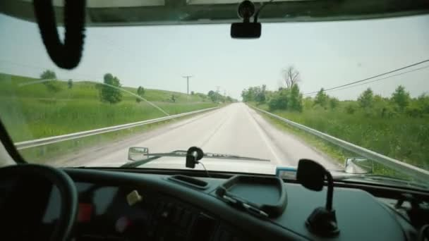 Řízení kamionu řidič vezme vysílačku a mluví Truck Driver přináší nákladní. uvnitř kabiny