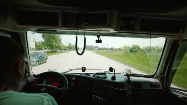 Řízení kamionu. Truck Driver přináší dopravné. uvnitř kabiny. pohyb kamery