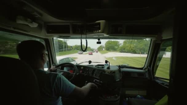 Řízení kamionu. Truck Driver přináší dopravné. uvnitř kabiny otáčet kameru