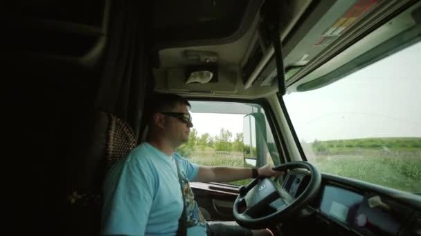 Truck Driver přináší dopravné. uvnitř kabiny otáčet kameru