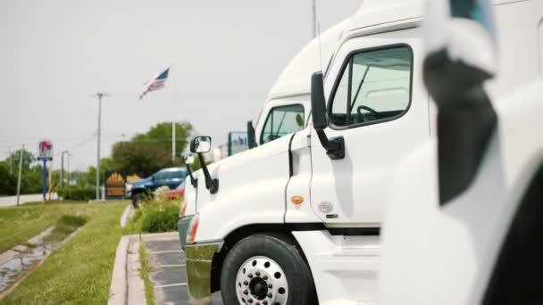 Semi kamiony na odpočívadlo Closeup. Doprava a logistika