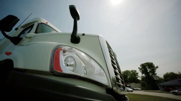 A pihenő Vértes félig teherautók. Szállítmányozási és logisztikai. mozog a kamera
