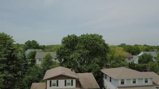 A légi felvétel a külvárosi környéken. drone, felfelé mozog