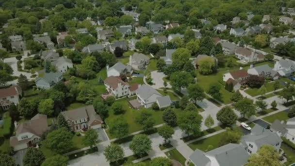 Letecký pohled na předměstské čtvrti. Přesun cirkle DRONY