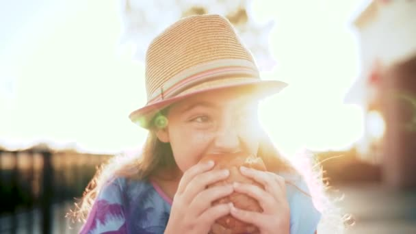 Tři roky Funny Girl, jíst hamburger na slunci.