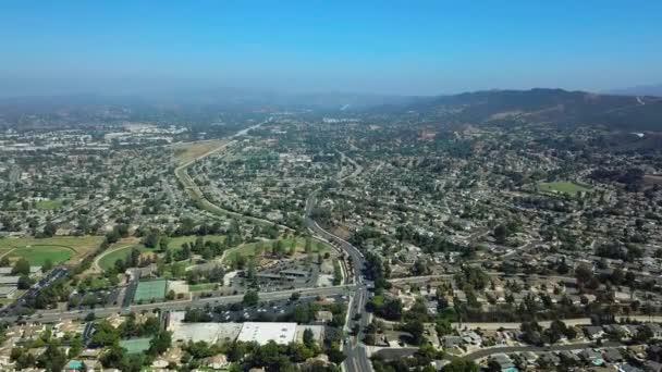 Letecký pohled na předměstské čtvrti. Posuňte dron Panorama. Kalifornie