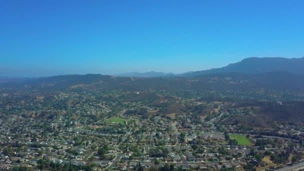 A légi felvétel a külvárosi környéken. drone panoram mozog. California Amerikai Egyesült Államok