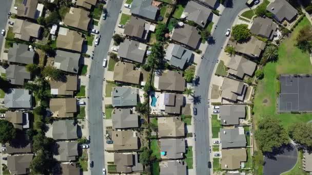 A légi felvétel a külvárosi környéken. drone felülnézet mozog. California