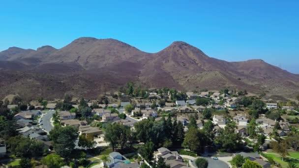 Letecký pohled na hory Svatodušní předměstký okolí. Posuňte dron Panorama. Kalifornie. DRONY