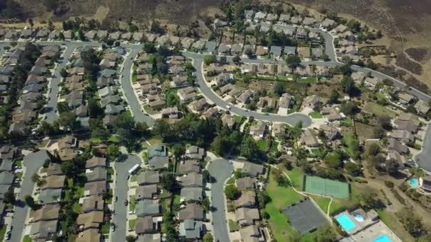 Légifelvételek egy külvárosi környéken fikarcnyi hegy. drone panoram mozog. California. Szemközti nézet