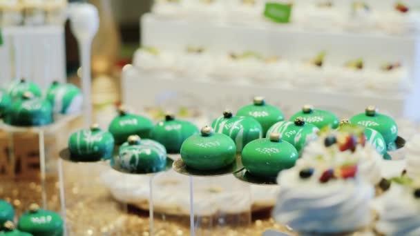 Roztomilý tyčinku s různé moučníky a cukroví. Svatební bonbóny. Vánoční cukroví. Zblízka. pohyb kamery