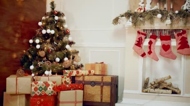 Regali Di Natale Ragazza.Regali Di Natale Ragazza Carina Venendo All Albero Di Natale Ed