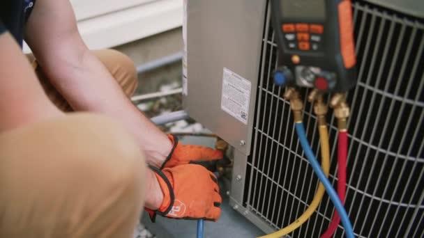 Venkovní klimatizované jsou ruce pracovníka údržby. Detailní záběr