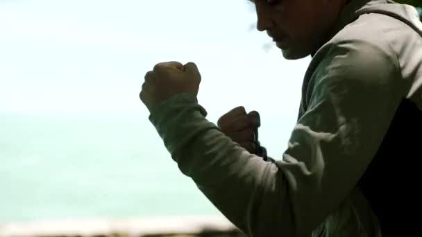 Fiatal sportoló, aktívan részt a sport crossfit, tánc, kick-box, outdor, lassú mozgás. közelről