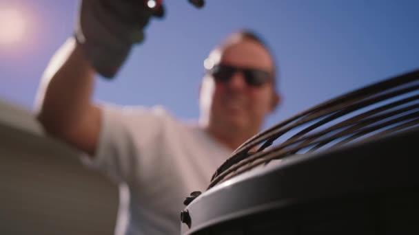 Nahaufnahme Video von elektrischen Schraubenzieher an Klimaanlage abschrauben, Zeitlupe