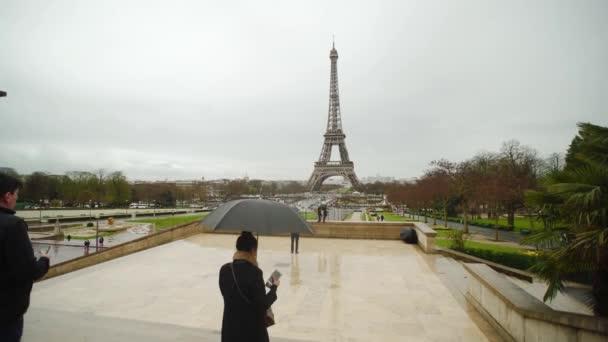Paříž – 8. září 2018: Eiffel Tower pohled z Trocadero s lidmi s deštníky, deštivé.