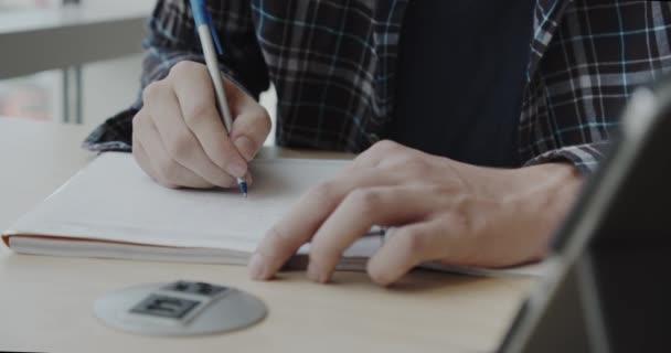 Ember írás jegyzetfüzetben. Közelről. 2-es verziójú