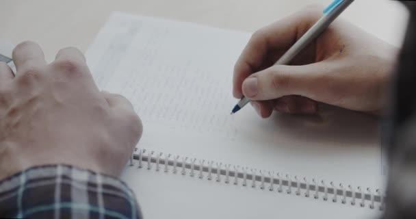Ember írás jegyzetfüzetben. Közelről. 4-es verziójú