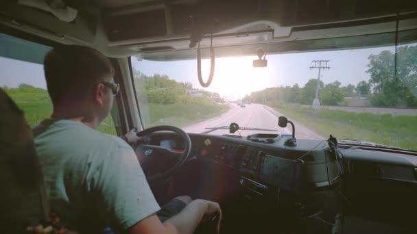 Guidare camion. Camionista che consegna merci. allinterno della cabina con raggi solari in cabina