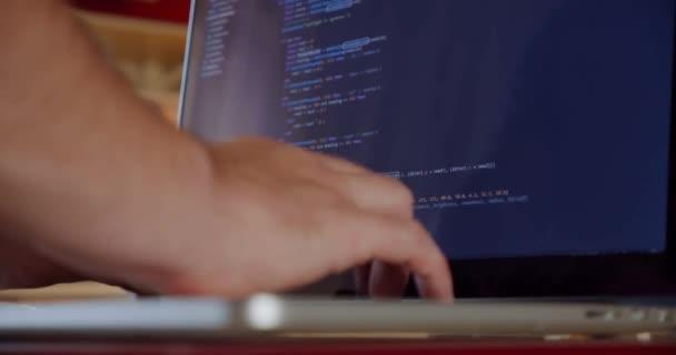 Névtelen férfi kezek programozás képernyő laptop, fejlesztési web, fejlesztő. 2. cikk