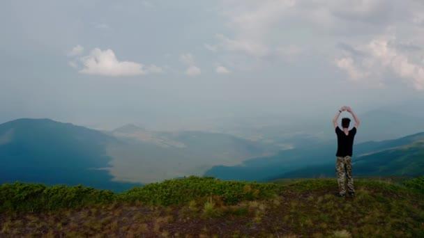 Légi felderítő. Napnyugtakor a hegytetőn ácsorogva repked a fiatalember körül.