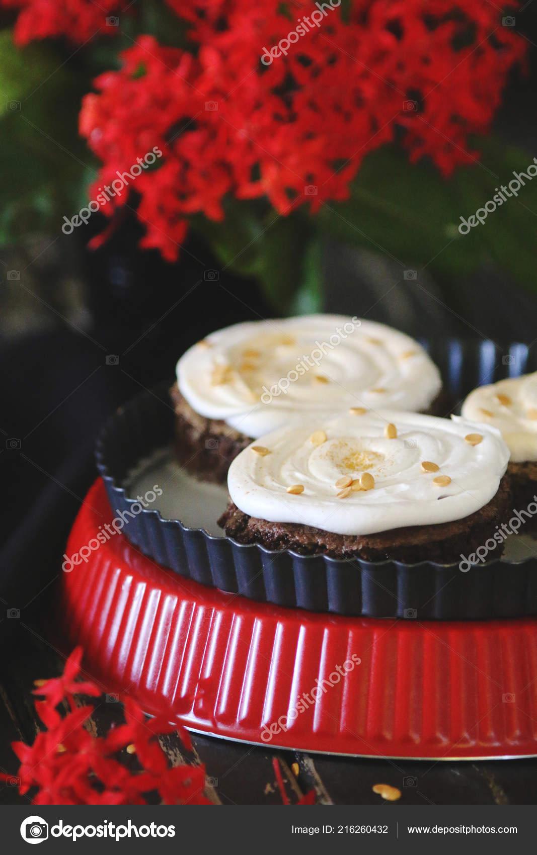 Mini Kuchen Mit Milchigen Creme Stockfoto C Adaco 216260432