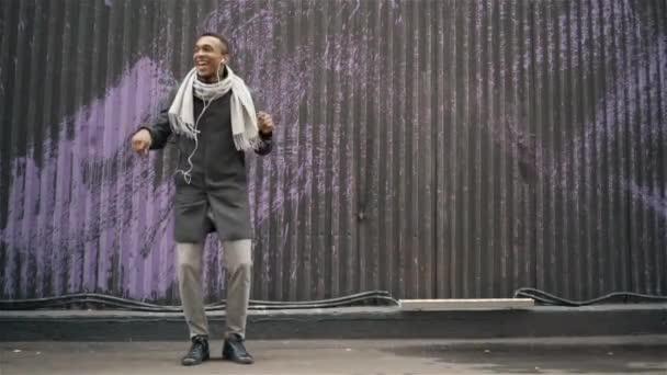 Američan Afričana muž tančí v podzimní ulice