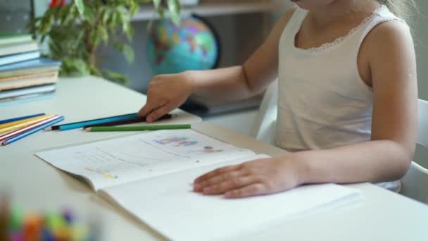 Boční pohled holčička dělá její domácí úkoly