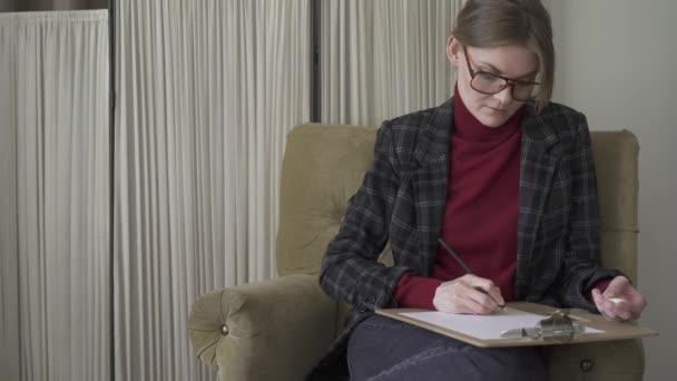 Krásná mladá žena v brýlích, psaní do schránky