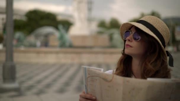 Kavkazské turisticky s mapou těší pohled na ulici v Nice, Francie
