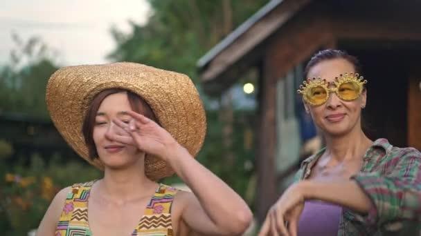 Su De Vídeo Stock Asia E País — Hija Bailando El En Madre Yarda rCxeBdo