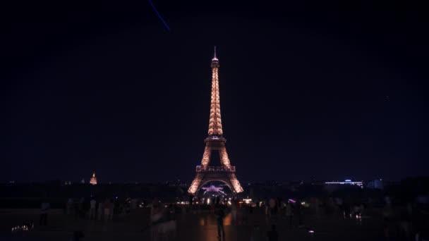 Paříž, Francie-srpen 21 2018: časový interval Eiffelovy věže v noci v létě