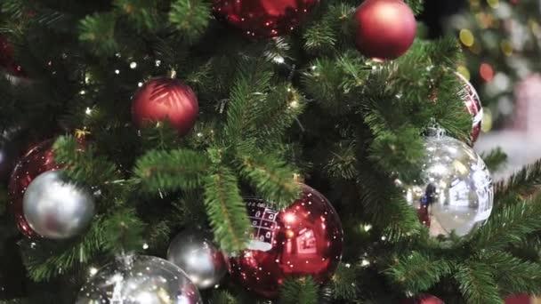 Vystřelí vánoční stromeček s červeným a bílým vánoční koule-nakloněná rovina