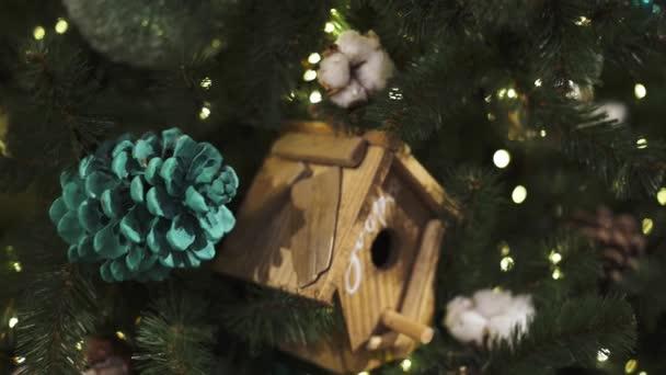 Detailní záběr naklonění vystřelí vánoční hračky a různé dekorace