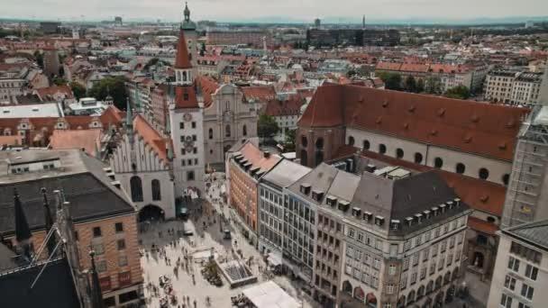 Zeitraffer-Luftaufnahme der Münchner Innenstadt mit vielen Besuchern auf dem Marienplatz.