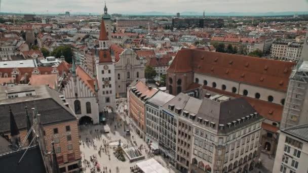 München, Deutschland - 03. Juli 2019: Zeitraffer-Luftaufnahme der Münchner Innenstadt mit vielen Besuchern am Marienplatz.