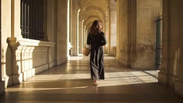 Pomalý pohyb krásné ženy v černých šatech po pařížských ulicích ve Francii