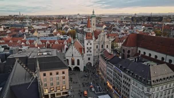 München, Deutschland - 25. November 2019: Echtzeitaufnahme des alten Rathauses am Marienplatz in München. Der Marienplatz ist der zentrale Platz von München, 25. November 2019 in München