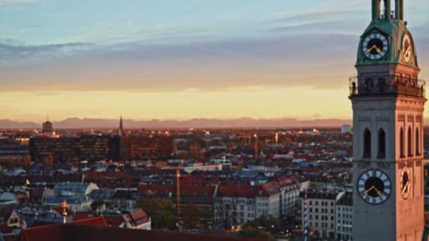 München, Deutschland - 25. November 2019: Schöne Aussicht auf die Stadt München und den Glockenturm der Peterskirche am Abend. Echtzeitaufnahme, München, Deutschland.