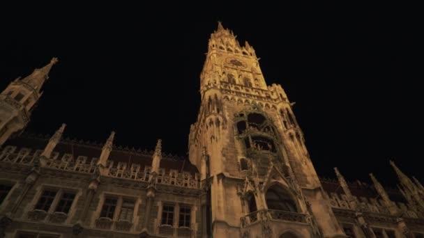 München - 26. November 2019: Nachtansicht des neuen Rathauses am Marienplatz in München. von links nach rechts Schwenken der Echtzeit-Einspielung, München, Deutschland.