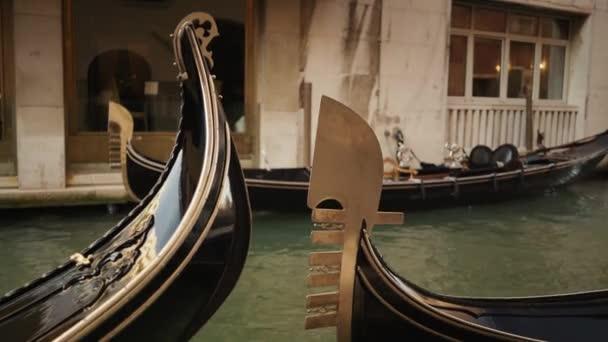 Valós idejű közepes lövés egy gondola hajók Velencében.Hagyományos velencei gondolák lebegő csatorna