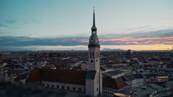 München, Deutschland - 25. November 2019: Schöne Aussicht auf die Stadt München und den Glockenturm der Peterskirche bei Sonnenuntergang. Einspielung in Echtzeit, München, Deutschland