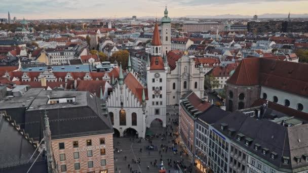 München, Deutschland - 25. November 2019: Echtzeitaufnahme des alten Rathauses am Marienplatz in München. marienplatz ist der zentrale platz von münchen, deutschland.