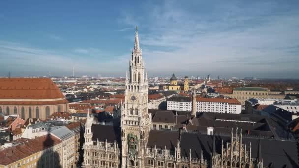 Luftaufnahme der Frauenkirche und des neuen Rathauses. von rechts nach links Schwenken Echtzeit-Einspielung, München, Deutschland