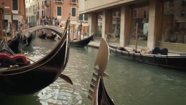 Valós idejű felvétel egy gondola hajókról Velencében.Hagyományos velencei gondolák lebegnek a csatornában.