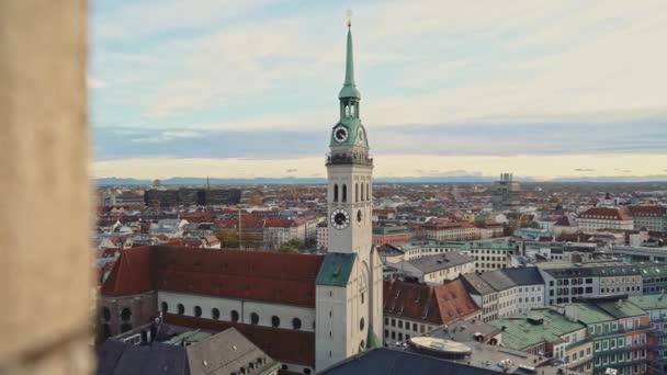 München, Deutschland - 25. November 2019: Schöne Aussicht auf die Stadt München und den Uhrturm der St.-Petri-Kirche zur Abendzeit. Einspielung in Echtzeit, München, Deutschland.